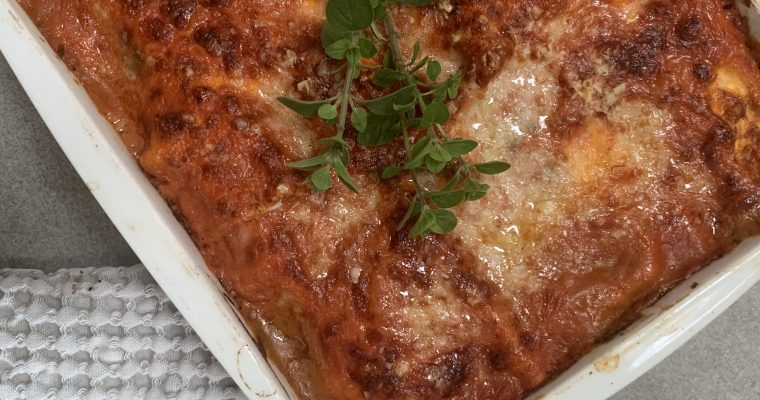 Lakselasagne med spinat og tomatsauce